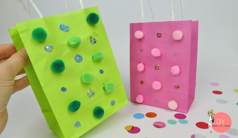 Basteln mit Kindern: Papiertüten mit Pompoms und Glitzer dekorieren