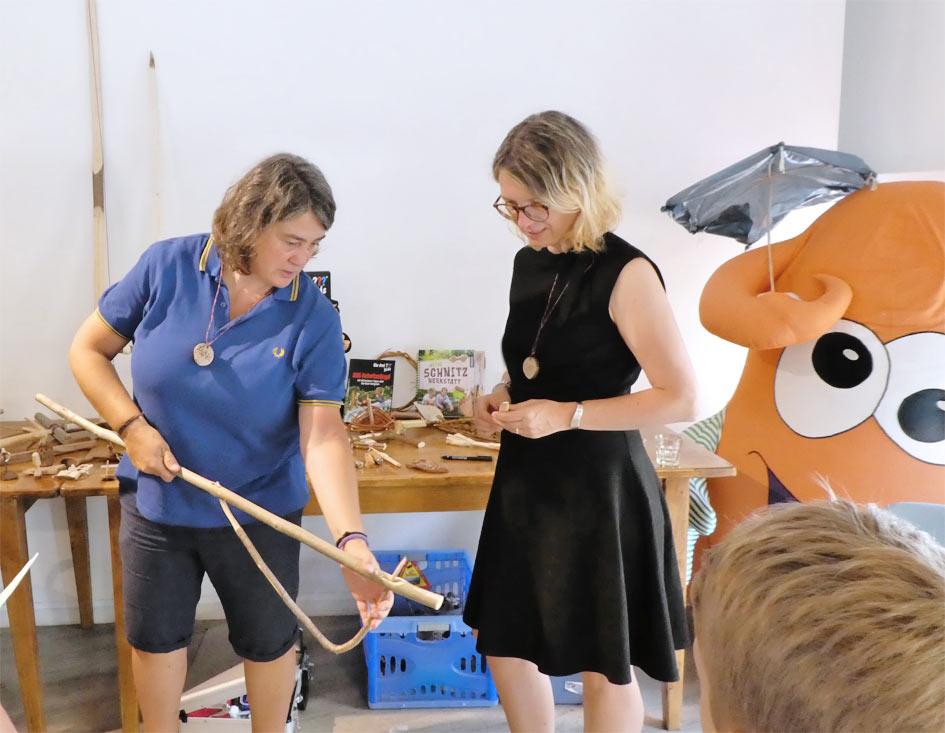 Autorin Astrid Schulte zeigt DIY Bloggerin Iris Schnitzen mit Kindern