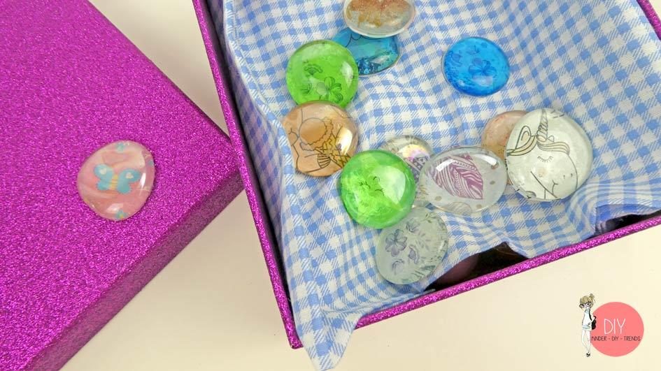 Basteln mit Kindergartenkindern - Cabochons DIY Dekosteine in einer Geschenkverpackung