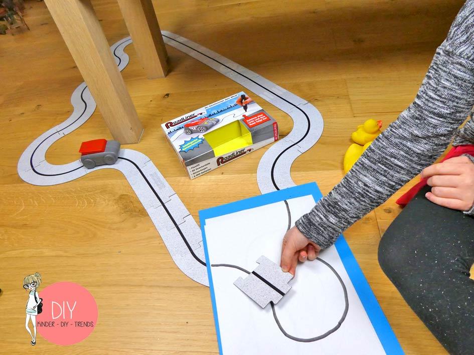 Autostrecke aus Puzzleteilen bauen, Linien malen, der Roadliner erkennt den Weg durch Sensoren
