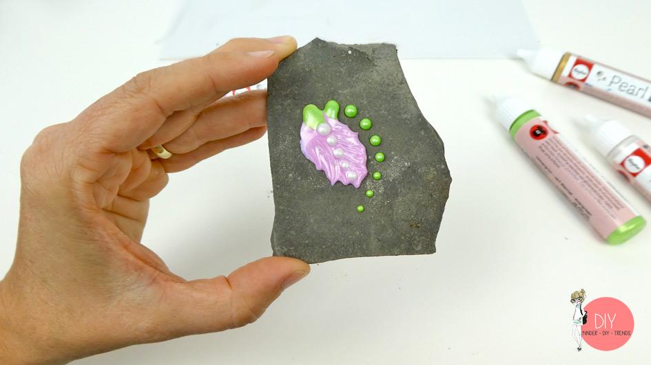 Blume aus Perlenfarbe auf einer Schieferplatte - Bastelanleitung