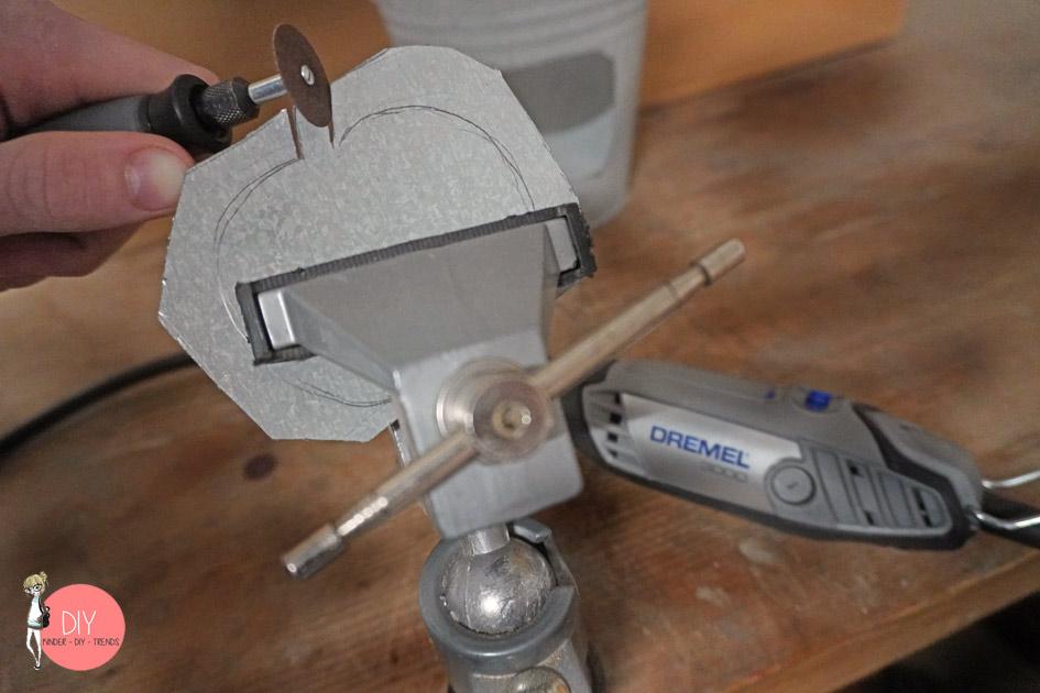 Metall Kürbis in den Schraubstock schrauben und Form aussägen