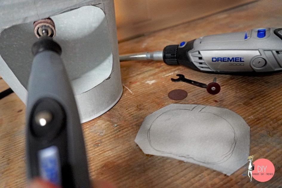 In der Werkstatt entgraten wir den ausgesägten Metallteil vom DIY Dekolicht Eimer