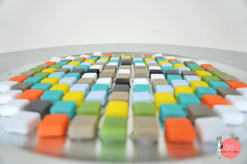 Zwischen den Mosaiksteinen kleine Lücken lassen - Anleitung Mosaiksteine verfugen mit Fugenmasse