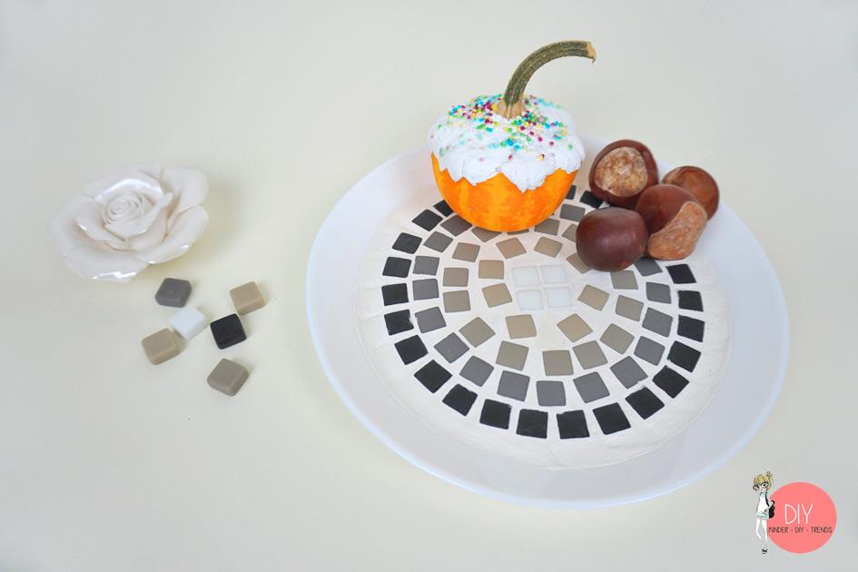 Mit Kindern Dekoschale selber basteln mit Mosaiksteinen und Fugenmasse