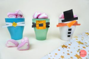 Nachhaltig schenken zu Weihnachten: Tassen DIY mit Süßigkeiten