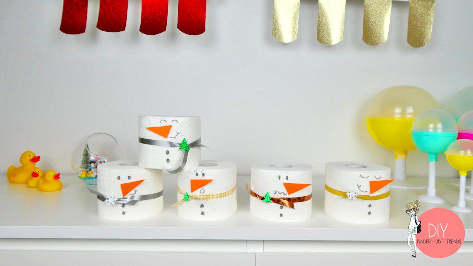 Lustige Schneemann Parade aus Toilettenpapierrollen
