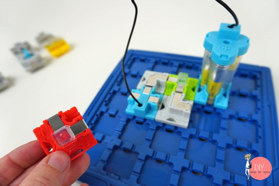Baustein zum Stromkreislauf bauen - Spiel für Kinder ab 8 Jahren