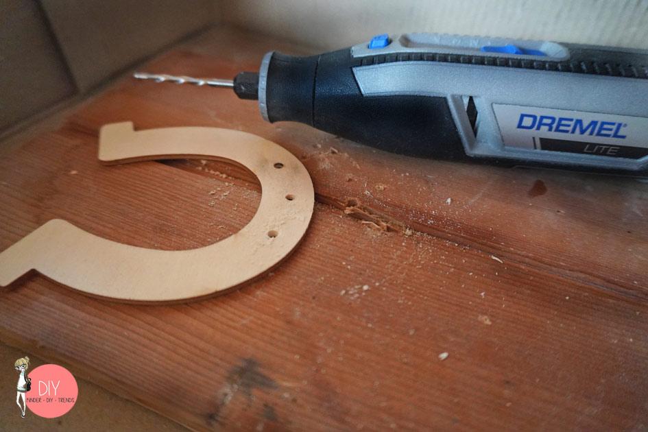 Loch ins Holz bohren mit dem Dremel Lite Bohraufsatz