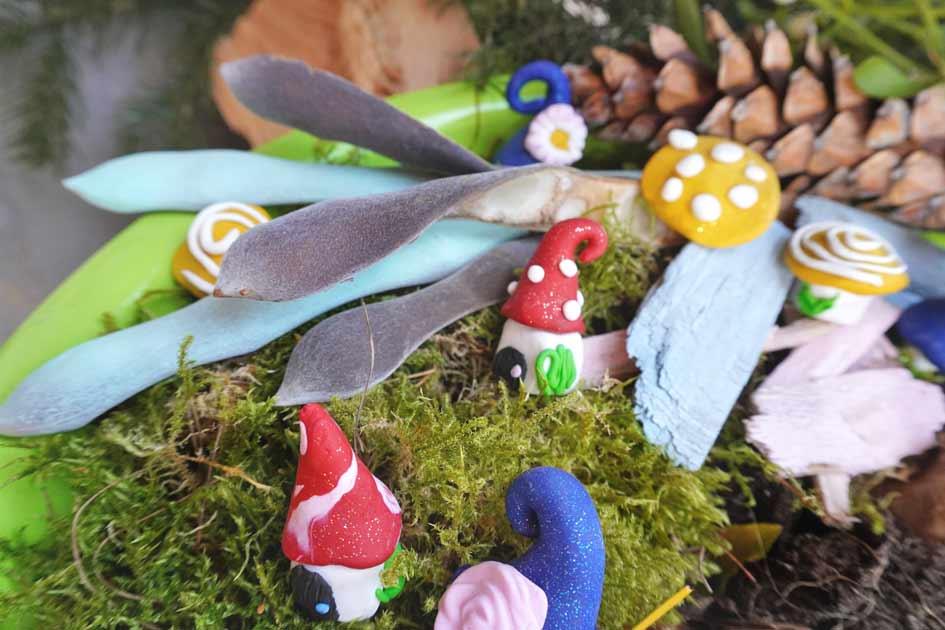 Wichtelhaus und Feenhaus aus Modelliermasse in die Blumendeko setzen