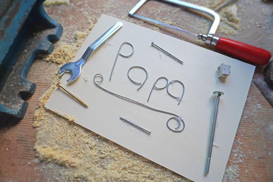 Geschenkidee zum Vatertag: Papa aus Drahtbuchstaben auf Holzschild basteln