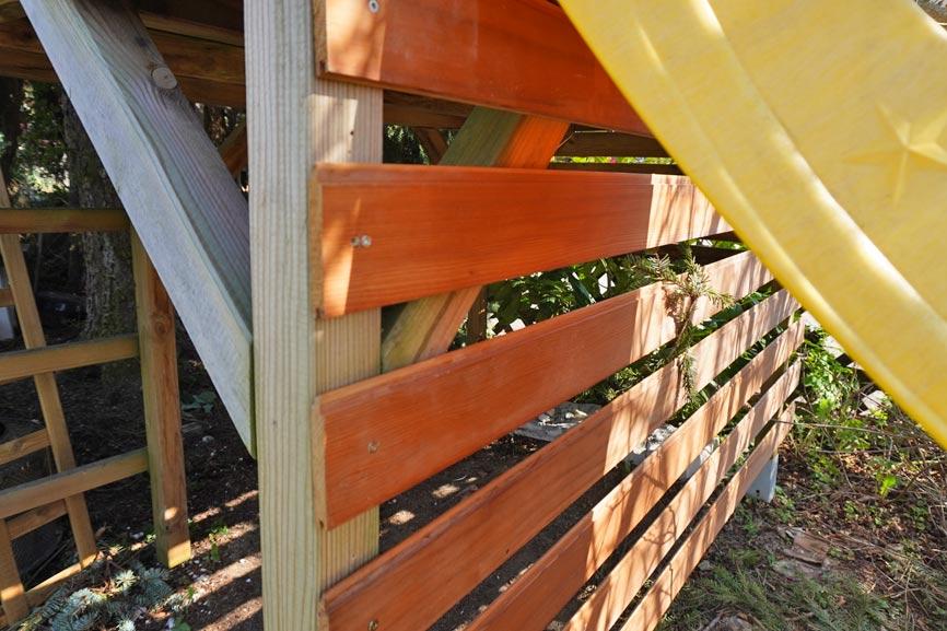 Gartenprojekt Spielhaus Umbau: Latten ans Spielhaus anschrauben