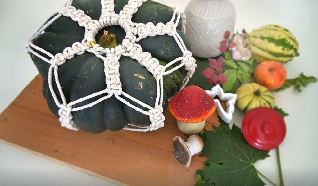 Makramee Kürbis DIY im Herbst. Bastelidee mit Kürbis und Makramee