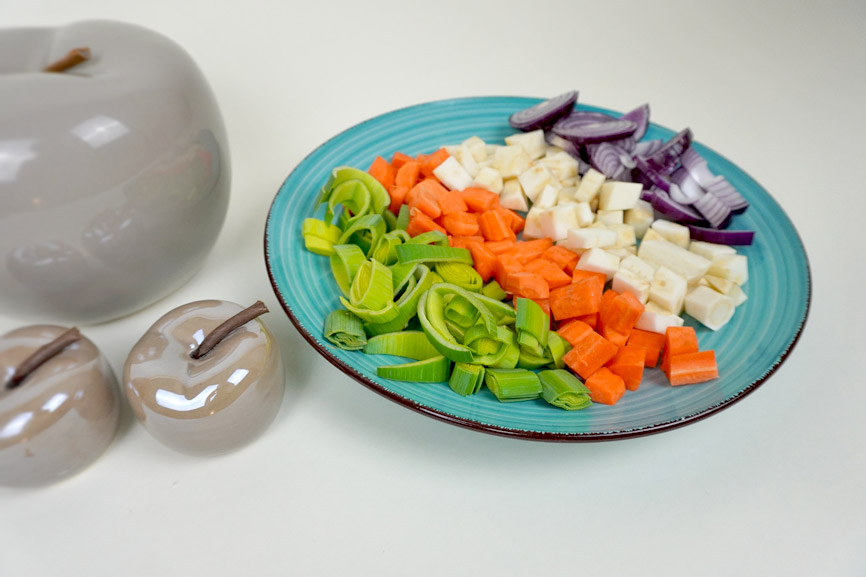 Suppengemüse kleinschneiden für Suppengewürz selber machen