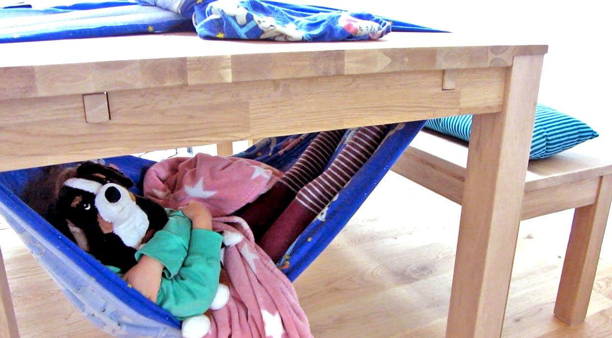 Ideen für Kinder während des Lockdowns: Hängematte unter dem Tisch bauen