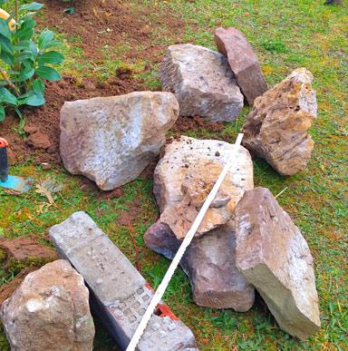 Natursteine für eine Trockenmauer