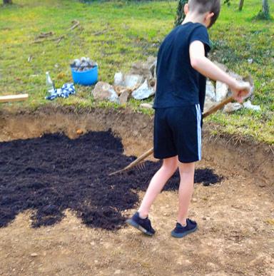 Rindenmulch für den Sitzplatz ausbreiten - Gartenprojekt für die ganze Familie
