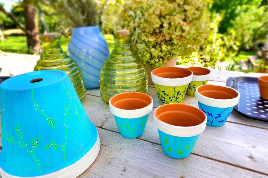 Tontöpfe als Tischdekoration basteln mit Kreidefarbe und Acrylmarkern