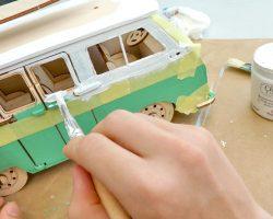 Holzbausatz mit Kreidefarben anmalen