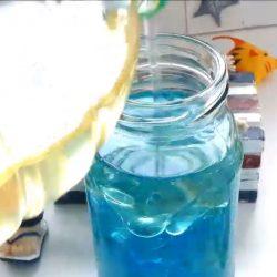 Öl und gefärbtes Wasser mischen - Lavalampe