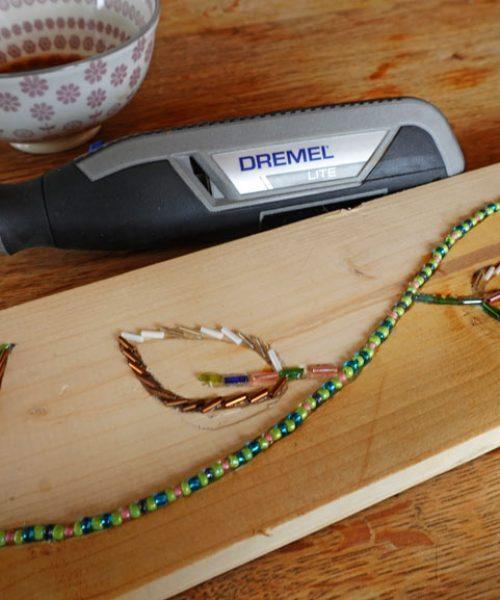 Einlegearbeiten in Holz: DIY mit Kindern - Urban Gardening Pflanzen Regal mit Perlen