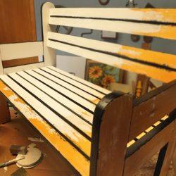 Holzbank Upcycling: Möbel für das Kinderzimmer neu gestalten - Farbanstrich