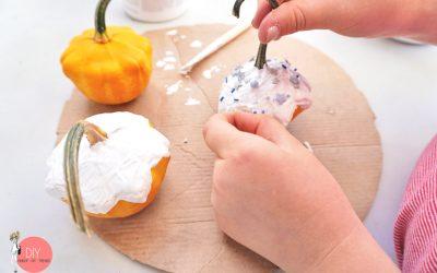 Kürbis mit Farbe anmalen und mit Streusel bestreuen - Herbst Bastelidee für Kinder