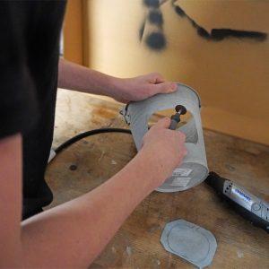 DIY mit Werkzeug - Dremel Einsatz bei der Bastelidee für den Herbst für Kinder: Dekolicht aus einem Eimer