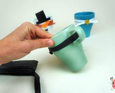 Bastelbast durch den Tassenhenkel fädeln. Anleitung für ein DIY Geschenk zu Weihnachten
