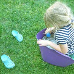 Kinder spielen mit Wasserbomben