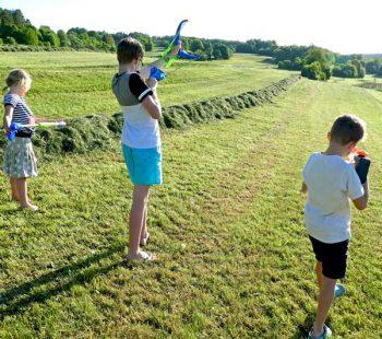 Challenge zum Kindergeburtstag mit Wasserbombenschleuder, Wasserpistolen und Kreidebomben