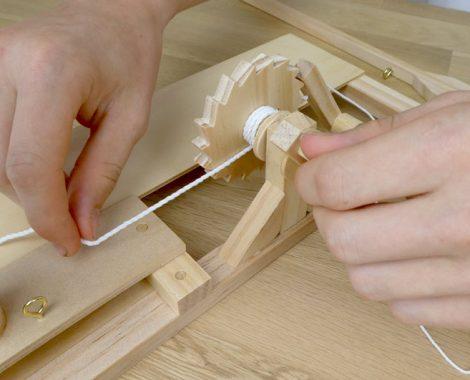 Zahnrad und Trebuchet Wurfarm zusammenbauen