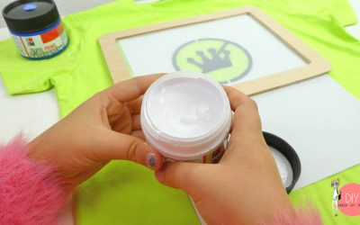 Mit Siebdruck Textilfarbe auf das T-Shirt übertragen