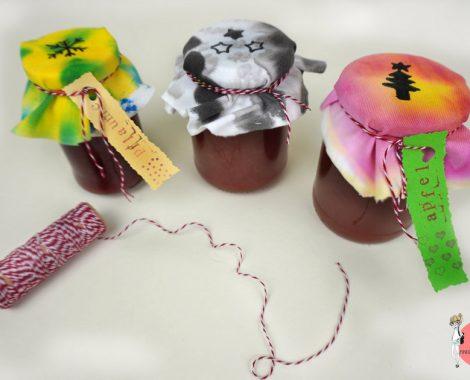 Geschenkidee zu Weihnachten: Marmeladenglas mit selbst bemalten Dekostoff Deckeln