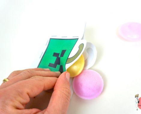 Kleine Geschenke mit Süßigkeiten basteln aus Papier und Tacker - gratis Vorlage