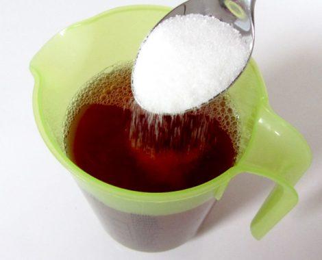 Zucker in die Limonade geben
