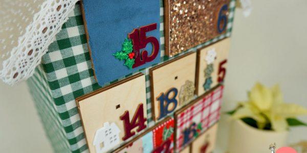 Adventskalender Holzhaus mit Stoff überziehen und dekorieren