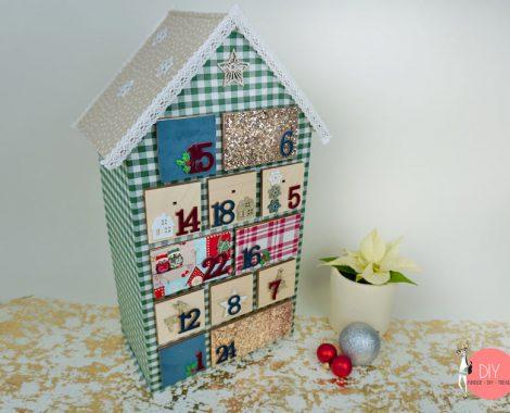 Kinder Adventskalender Holzhaus im Landhausstil selber machen - mit Stoff überziehen