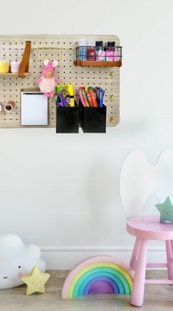 Ordnung im Kinderzimmer mit der Pinnwand Organizer pin und peg Pinnwand