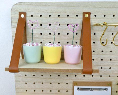 Regalboden auf dem Pin und Peg Pinboard - DIY Dekoration
