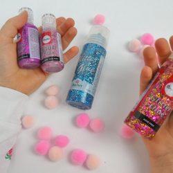 Glitter Glue mit Sternchen und Fäden passen gut zu Pompoms - Bastelidee für den Kindergeburtstag
