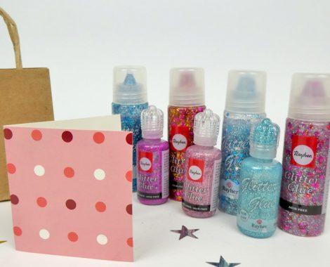 Glitzerkleber und Pompoms für die Bastelidee Mitgebsel Tüten