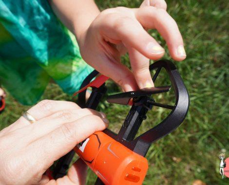 Rotorblätter aufstecken bei der Reely Drohne - Bloggertest