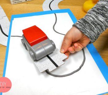 Roadliner Roboter Auto fährt selbst gezeichneten Linien auf der Puzzle Straße hinterher