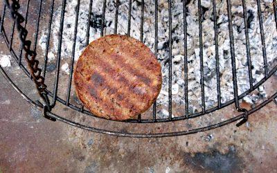 Patty auf den Grill legen und grillen