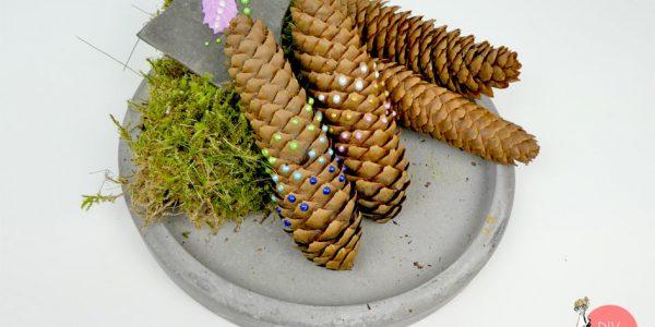 DIY Tannenzapfen mit Perlenmuster bemalen Dekoration
