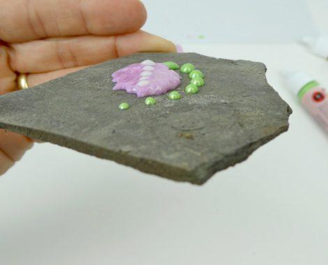 Schieferplatte mit Perlenmuster bemalen - Malen mit Kindern