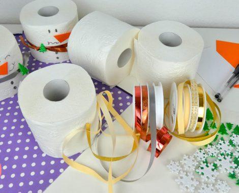 Bastelmaterial für einen Schneemann aus Toilettenpapier