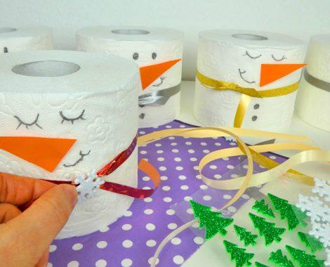 Schneemann aus Toilettenpapierrollen basteln