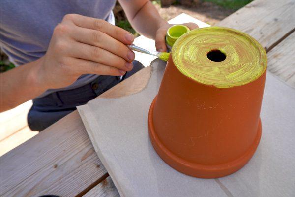Tontopf grundieren mit Acrylfarbe